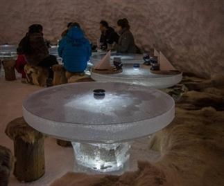 Stomende gerechten in een ijskoud restaurant