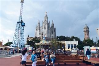 Tibidabo in Barcelona: kerk, attractie en uitzicht