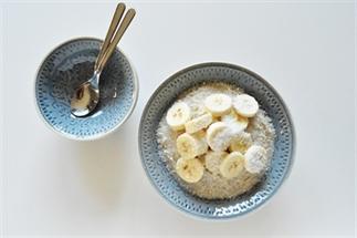 Vezelrijke rijstepap met banaan en kokos