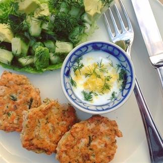 Zalmkoekjes met dille en groene detox salade