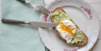 brood met avocadomousse en een gepocheerd ei