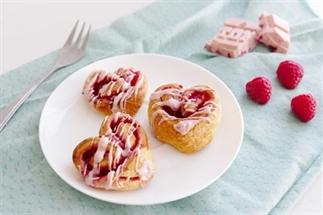 Croissants met frambozen en Tony Chocolonely