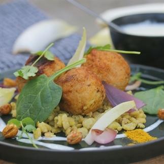 Kipballetjes met erwten, spinazie en fetadressing