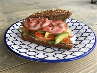 Lunchrecept: broodje avocado met gerookte kip