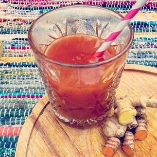 Magische kurkuma gember drank tegen verkoudheid en