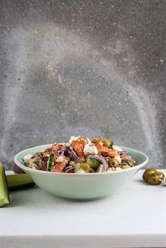 Snelle griekse salade met feta, ui en olijven