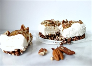 Cheesecake met karamel pecan topping