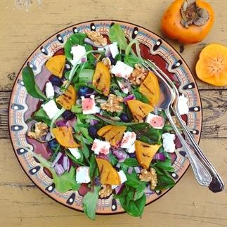Detox salade met kaki, bosbessen, feta en walnoten