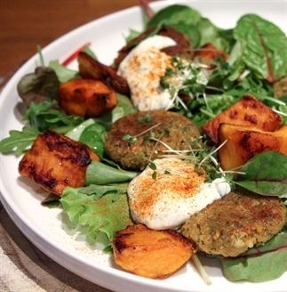 Maaltijdsalade met zoete aardappel en falafel