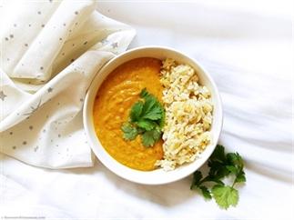 Ayurvedische soep van bonen en wortel met komijn