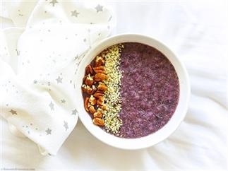 Paars ontbijt met amaranth, rijst en blauwe bessen