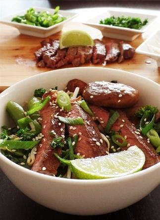 Ribeye met noedels en groente