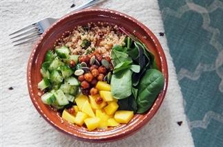 Vega quinoa poké bowl met mango, kikkererwten, avo