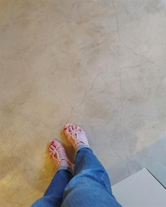 Betonlook vloer en waterbestendige gestuukte muren