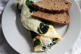 Eiwit omelet met hüttenkäse en spinazie