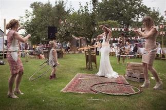Hulahoepen en foodtrucks op deze bohemien bruiloft