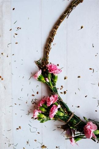 Krans maken van bloemen en takken