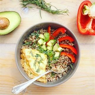 Meeneem detox lunch: quinoa met omelet en avocado