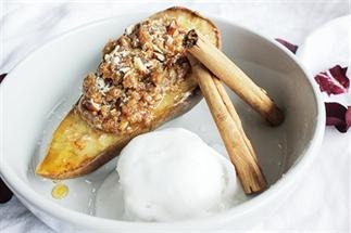 Peer noten-deeg crumble uit de oven met ijs