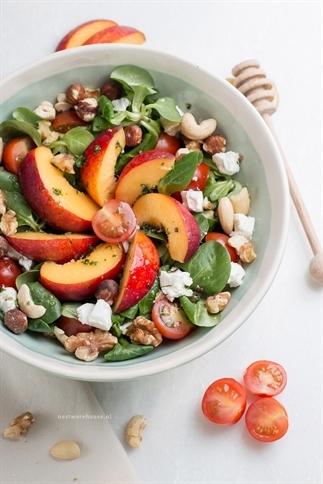 Salade met nectarine, geitenkaas en honingdressing