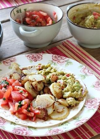 Vegan wrap met aardappels, guacamole en salsa