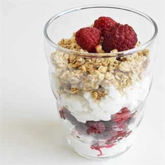 Cottage cheese met frambozen en muesli