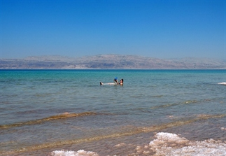 Doen: drijven in de Dode Zee in Israël