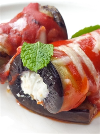 Gegrilde aubergine rolletjes met ricotta