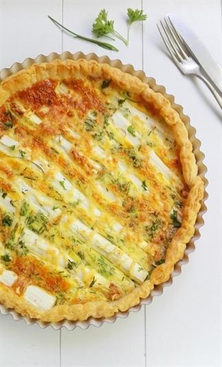 Hartige taart met asperge en verse kruiden