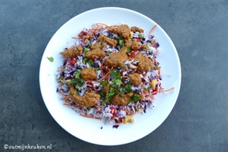 Romige kokosrijst salade met snelle pindasaus