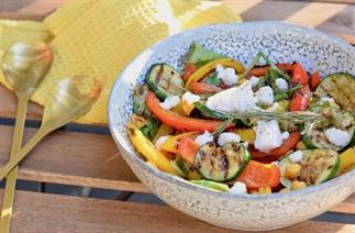 Vegetarische gegrilde groente geitenkaas salade