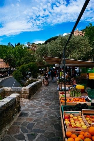 De kleurrijke markt in Bormes les Mimosas