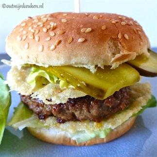 Hamburger met knapperige Parmezaanse kaas