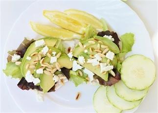 Rijstwafels met avocado, feta en pijnboompitten