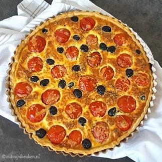 Vegetarische quiche met tomaten en olijven
