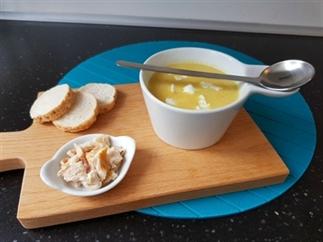 Gele courgettesoep met forel en geitenkaas