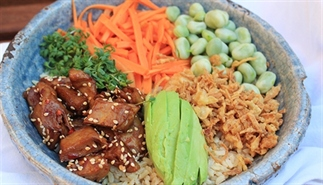 Poké bowl – Zoethete kipstuckjes en zure wortels