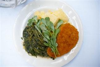 Postelein met gekookte aardappels en kipschnitzel