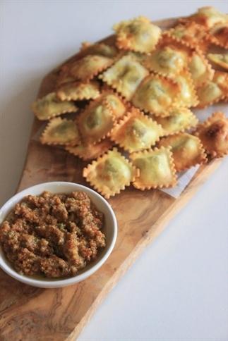 Snacken met ravioli uit de airfryer en tomatendip